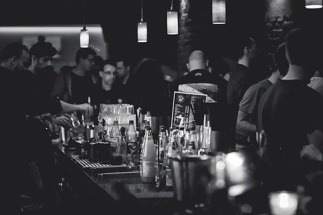 Fauci: In Bars zu trinken ist eines der gefährlichsten Dinge, die man im Moment tun kann
